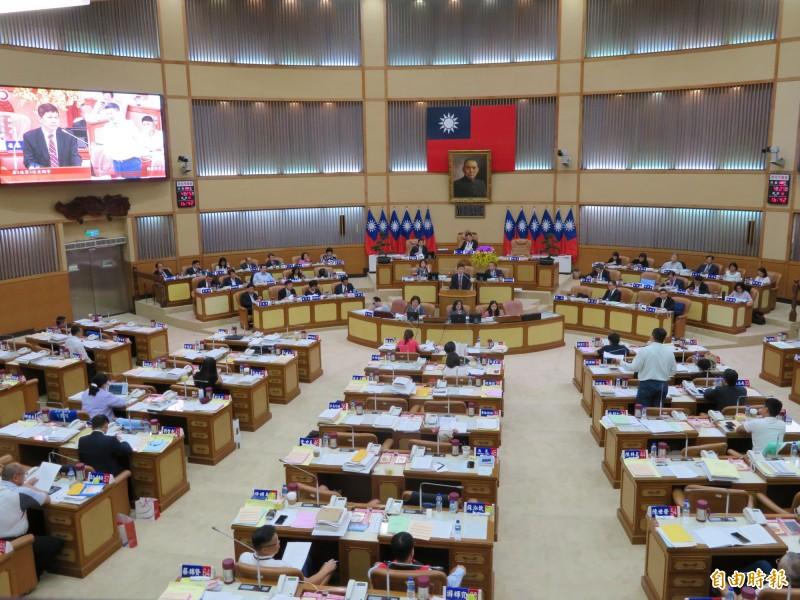 新北市議會議員質詢官員時,官員會離開座位到備詢台上回答。(記者何玉華攝)