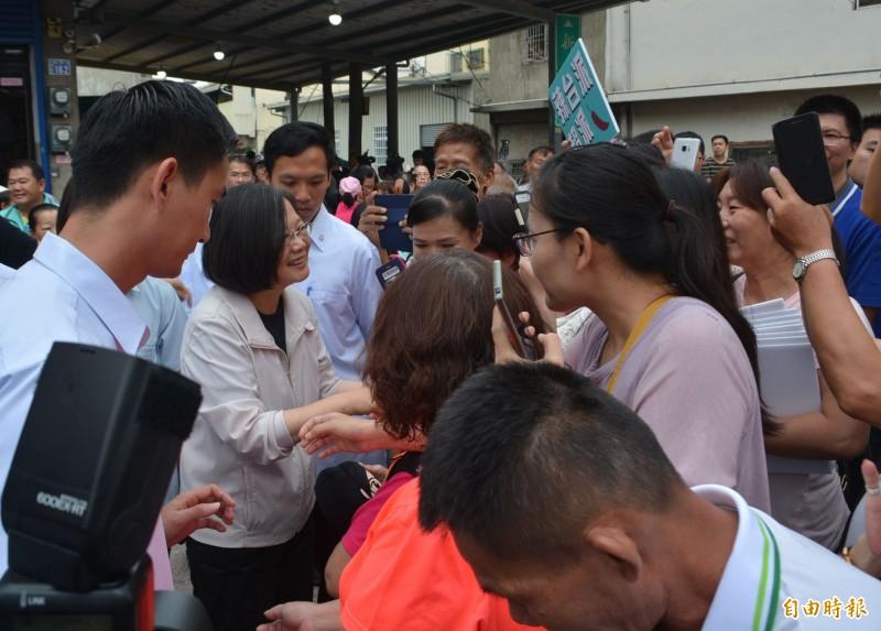 蔡英文總統(左2)今天上午前往台中大里新興宮媽祖廟參拜,受到數百位支持者熱情歡迎。(記者陳建志攝)