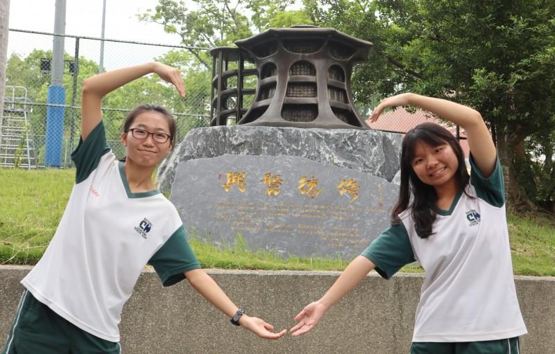 石貴分(左)和馮慧娟(右)是麻吉,一起拿下物聯網評審團大獎,也一起拚上理想中的大學。(中興高中提供)