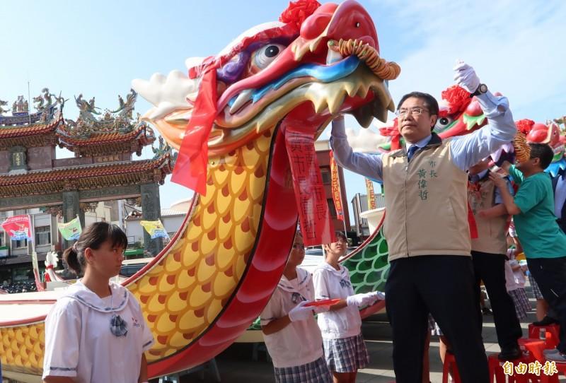 台南市長黃偉哲為國際龍舟錦標賽木造龍舟開光點睛。(記者劉婉君攝)