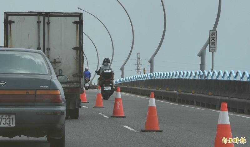 高屏大橋因為車速快,駕駛人一定要依規定行駛。圖中人車與新聞事件無關。(記者葉永騫攝)