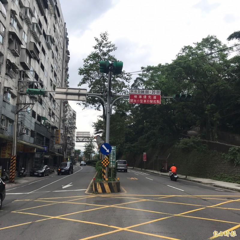 為解決基金公路假日壅塞問題,公路總局規劃將打除中央分隔島,增加行車容量。(記者林欣漢攝)
