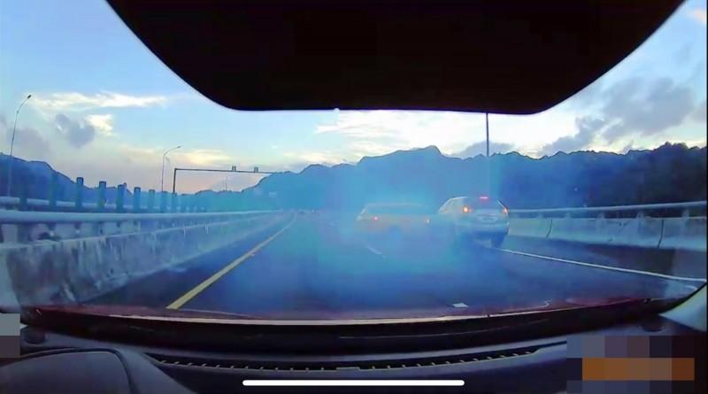 小黃打滑偏向外側車道,車子打橫被撞。(圖擷自國道七隊提供的影片)