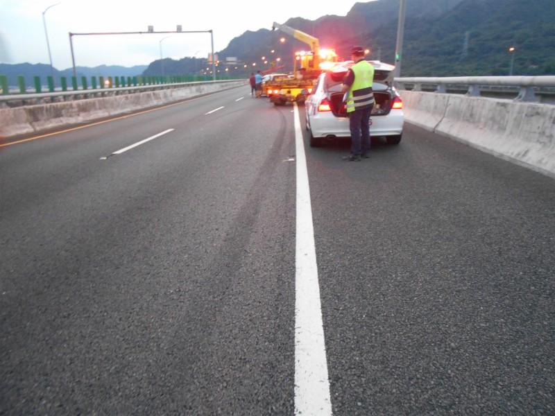 國道七隊員警前來處理,並有吊車來吊走損壞車子。(國道七隊提供)