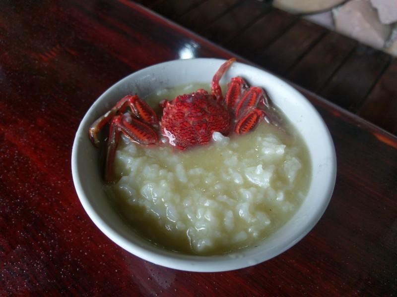 白底蟹粥,只需簡單調味就能嚐到蟹膏的清甜。(新北市漁業處提供)