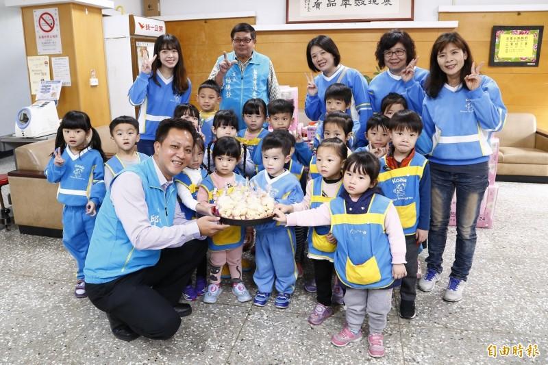 苗栗市長邱鎮軍(蹲者)感謝代表會支持,落實兒童福利。(記者彭健禮攝)