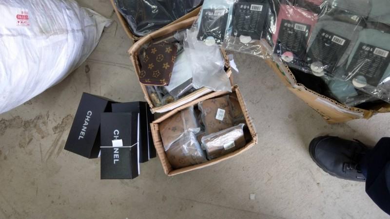 警方破獲位於新店山區的工廠,內部擺滿多樣精品仿冒品。(記者陳薏云翻攝)
