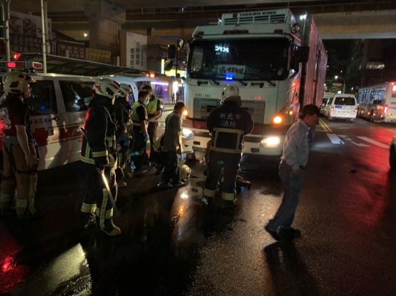 新店捷運站前發生貨車撞行人,一名婦人傷重不治。(記者陳薏云翻攝)