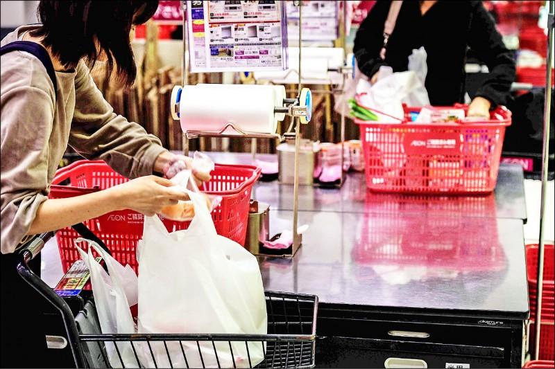 日本人購物時,習慣使用大量塑膠包裝。(法新社檔案照)