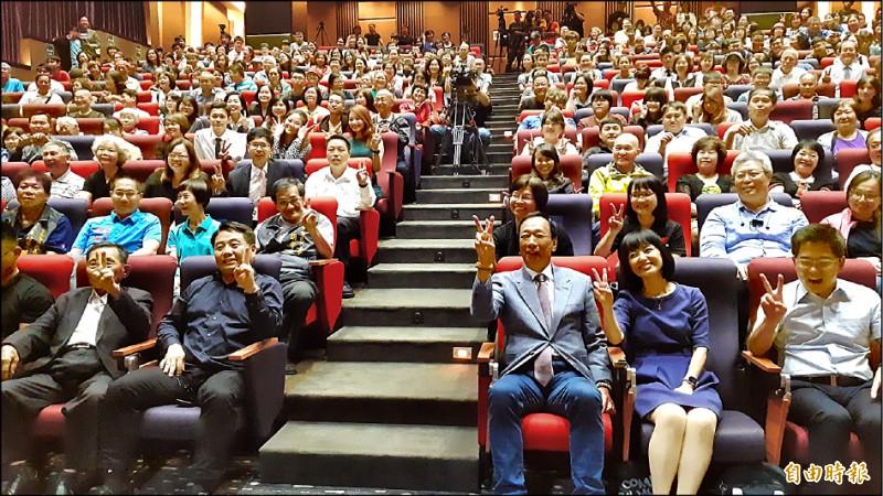 鴻海董事長郭台銘(前排右三)昨應邀赴台東演講「台灣AI未來」,會後與觀眾合照。(記者黃明堂攝)