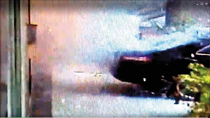 高雄鼓山區昨驚傳包裹炸彈傷人事件,現場監視器錄下爆炸瞬間畫面。(記者黃建華翻攝)