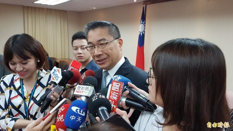 內政部長徐國勇說明新版身分證具8大功能。(記者朱沛雄攝)