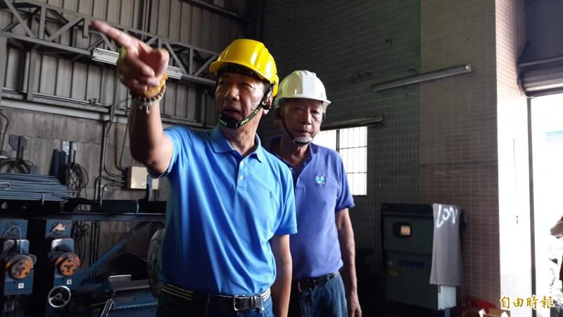 郭台銘今天到台東參訪鋼鐵加工廠,稱讚台東的鋼鐵廠品質好,是真的扎根、長期投資。(記者黃明堂攝)