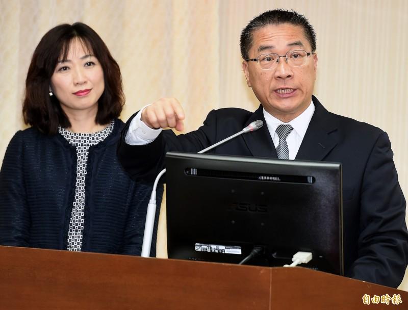 內政部長徐國勇(右)今赴立院內政委員會就「數位身分證之規劃、功能與經費」進行專題報告並備質詢。(記者朱沛雄攝)