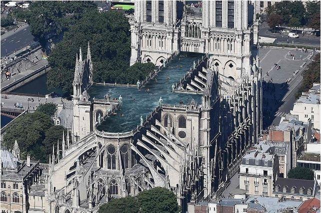 距巴黎聖母院大火已過了一個月,在火災發生後幾天,法國總理菲利普(ÉdouardPhilpe)將舉行一場重建聖母院國際競賽,對外徵求設計大教堂的尖頂 。目前出現許多特殊點子,包含打造溫室、水晶塔,甚至在頂樓蓋公共游泳池。 (圖擷取自UMA - Ulf Mejergren Architects)