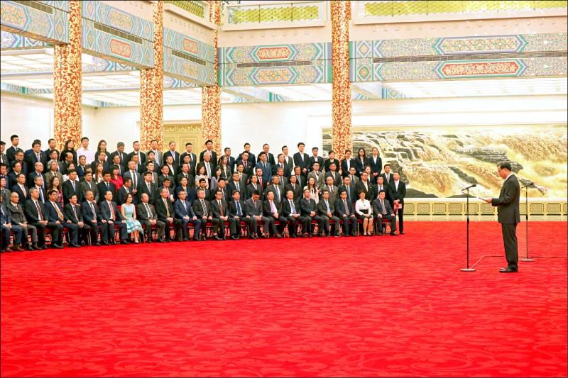 中國全國政協主席汪洋(右)昨天在北京會見台企聯成員並發表講話,面對現場共計三百多名台商與媒體,汪洋低著頭照稿唸,但部分批美國的內容仍與日前遭外流的閉門談話內容一樣。(中央社)