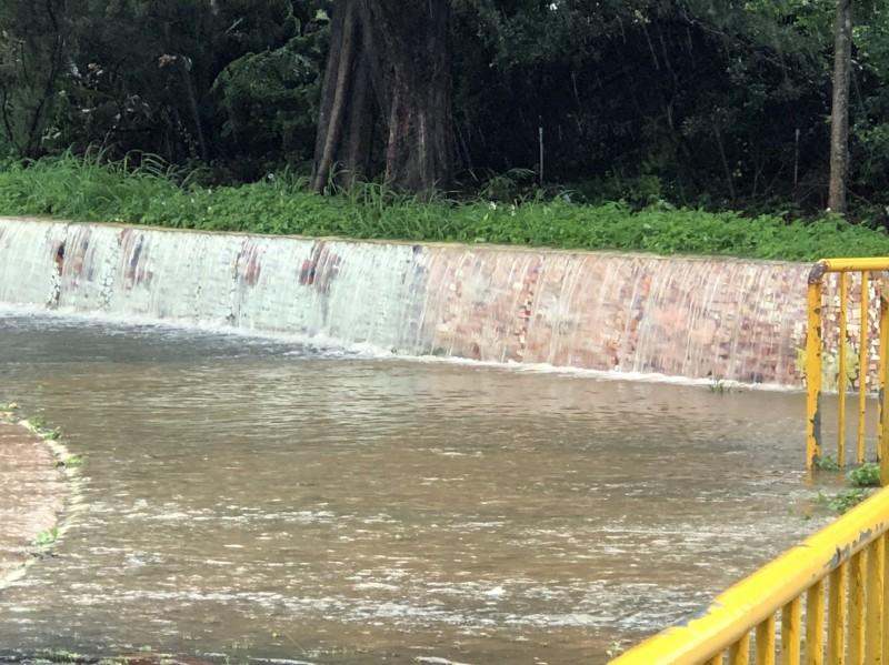 受暴雨影響,大坡國小校園淹水。(桃市教育局提供)