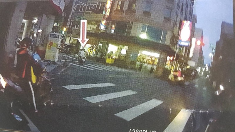 女老師騎機車闖紅燈,張姓員警依採證照片,事後以逕行舉發方式,將違規單寄給女老師。(記者丁偉杰翻攝)