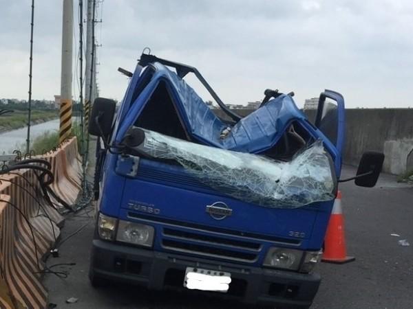 小貨車車頭全毀,幸好事故發生時車上沒人。(讀者提供)