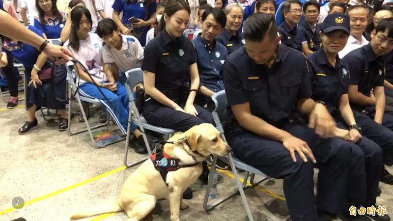 陳建州與警犬互動。(記者許國楨攝)