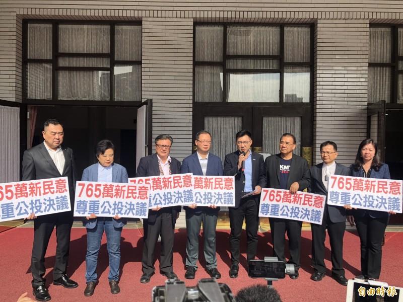 國民黨立委在同婚專法三讀後,在議場門口舉行記者會。(記者陳昀攝)