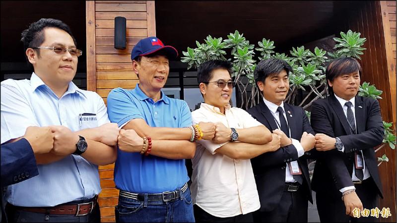 鴻海董事長郭台銘(左二)昨與台東中小企業座談,讚前台東縣長黃健庭(左三)如果當高雄市長,做得一定比韓國瑜好。(記者黃明堂攝)