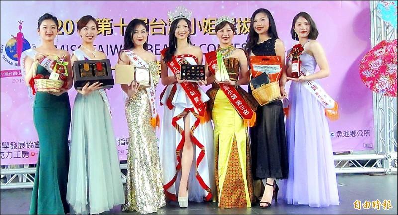 參與台灣小姐選拔的佳麗,昨在日月潭為地方特產行銷。(記者謝介裕攝)