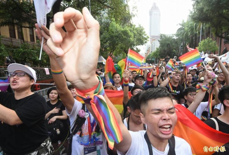 同婚專法今三讀通過,台灣成為亞洲第一個同性婚姻合法化國家,現場民眾高聲歡呼。(記者劉信德攝)