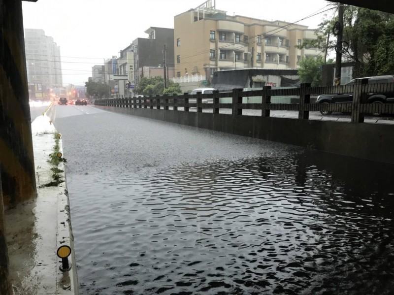 新竹縣市今早暴雨,多處地下道封閉。(記者廖雪茹翻攝)