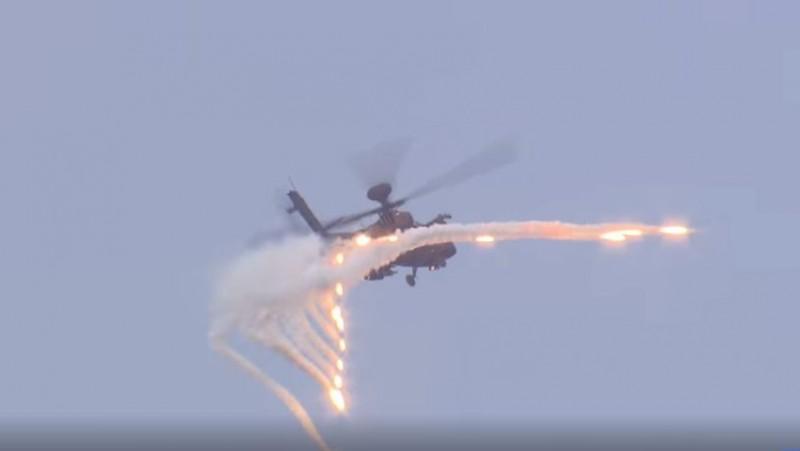 阿帕契直升機展現火力。(圖擷取自國防部發言人臉書)