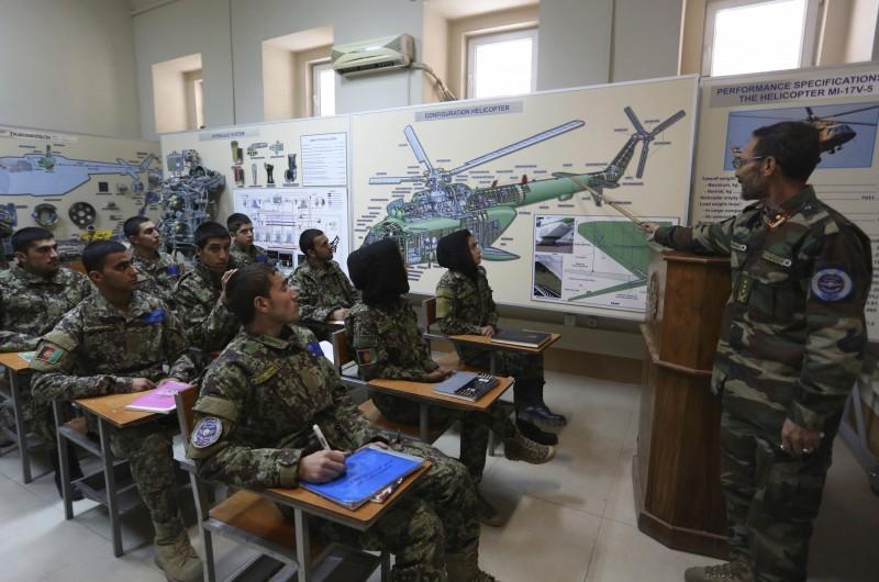 美國與阿富汗合作的空軍訓練計畫,由於阿富汗學員幾乎半數「逃兵」(AWOL)宣告終止。圖為阿富汗飛行員參與訓練課程。(美聯社)