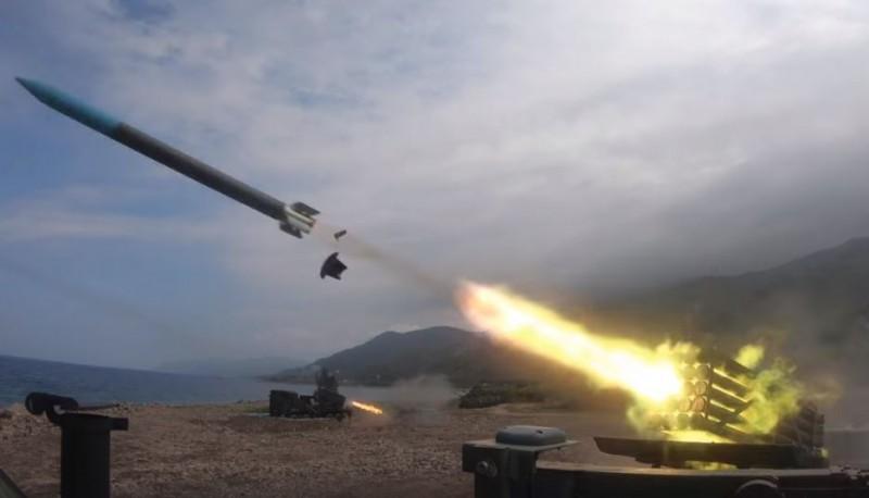 國軍透過實彈操演驗證國軍的堅強實力,展現平日勤訓精練成果。(圖擷取自國防部發言人臉書)