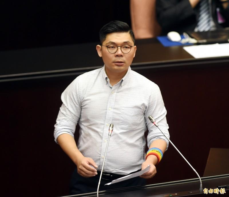 立法院今日表決同婚專法,國民黨立委許毓仁發言。(記者方賓照攝)