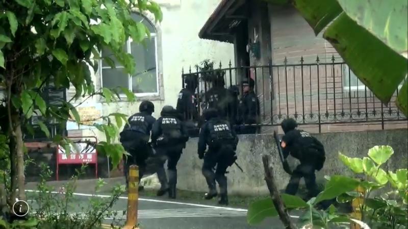 觀音山風景區別墅暗藏詐騙機房,高市警方攻堅破門逮8嫌。(記者黃良傑翻攝)