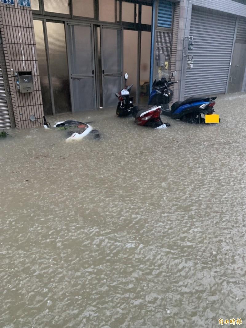 有民眾爆料,指南寮中清路因大雨,水已經淹至大腿,記者實際勘查,該路段甚至有機車快遭滅頂,非常誇張。(記者王駿杰攝)