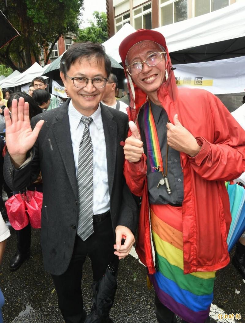 和碩集團董事長童子賢(左)現身挺同,與祈家威(右)合照。(記者劉信德攝)