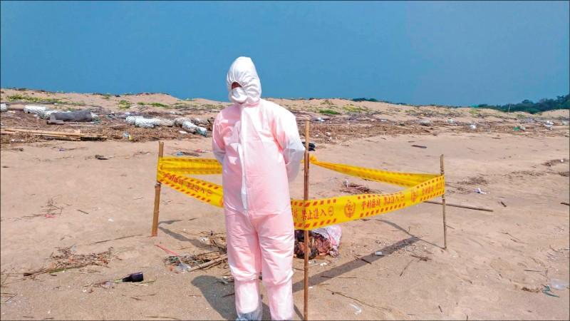 金門防疫人員將發現豬內臟地點拉起封鎖線。(記者吳正庭翻攝)