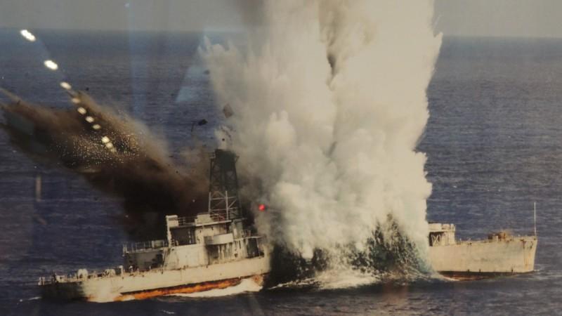 海軍潛艦發射重型魚雷擊沉靶艦。(記者羅添斌翻攝自海軍隊史館)