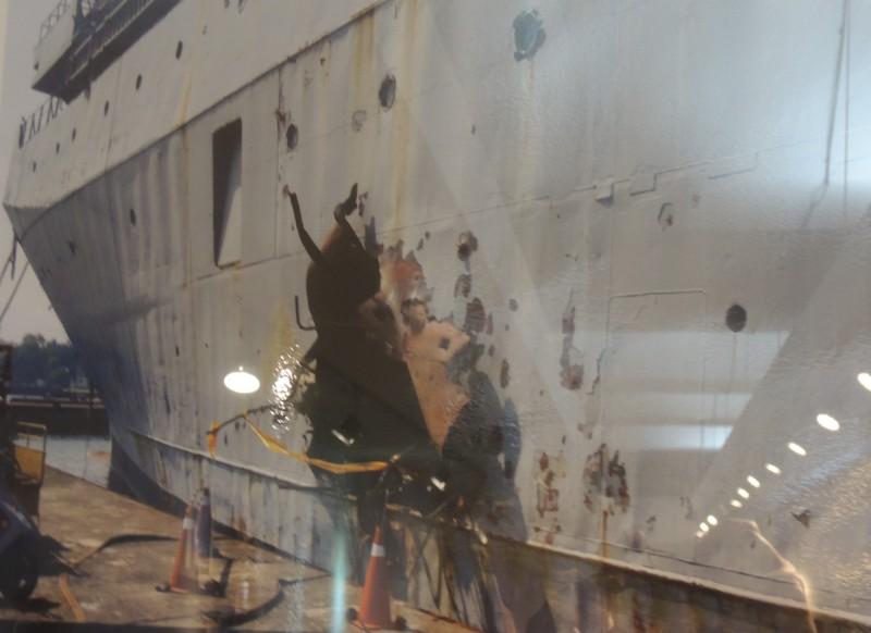 靶艦遭潛射魚叉飛彈貫穿,船身破個大洞,圖為靶艦拖回碼頭的情景。(記者羅添斌翻攝自海軍隊史館)