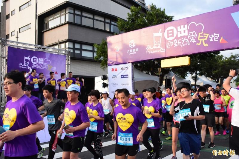 新竹縣政府與六角國際舉辦的2019「日出迎新為愛兒跑」公益路跑,今天清晨在竹北市高鐵九路起跑,吸引3000多名跑者參加。(記者蔡孟尚攝)