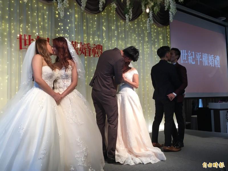 3對新人台上熱吻,展現濃情密意。(記者楊綿傑攝)