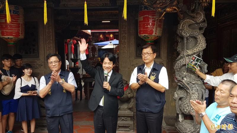 賴清德(中)到朴子配天宮參拜,由太保市長黃榮利(左)陪同向民眾爭取支持。(記者林宜樟攝)