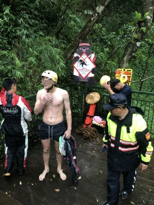 19歲荷蘭籍男遊客(裸身者)今天上午和家人到花蓮縣卓溪鄉瓦拉米步道健行,在1.8公里處約山風橋、觀瀑平台附近,疑似為了玩水拍照,不慎滑落20米山谷。(記者王峻祺翻攝)