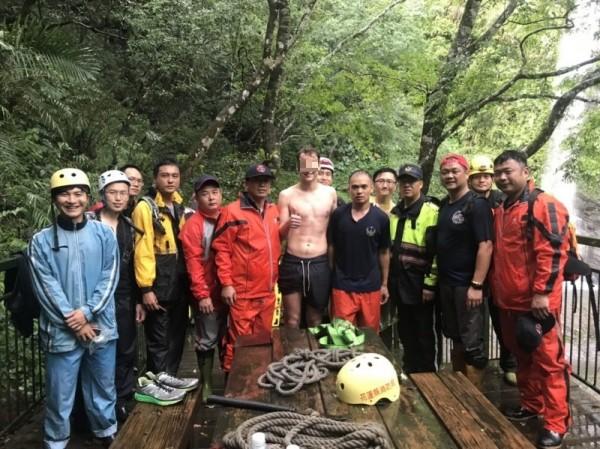花蓮救難人員接獲通報後,出動12人冒雨入山搶救,約下午1點38分協助荷蘭籍男子脫困。(記者王峻祺翻攝)