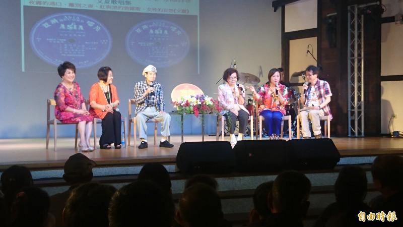 寶島歌王文夏(後左三)、「文夏四姊妹」文香、紀露霞、于櫻櫻、林秀珠,歌王歌后鬥嘴鼓,歌迷一飽耳福。(記者楊金城攝)