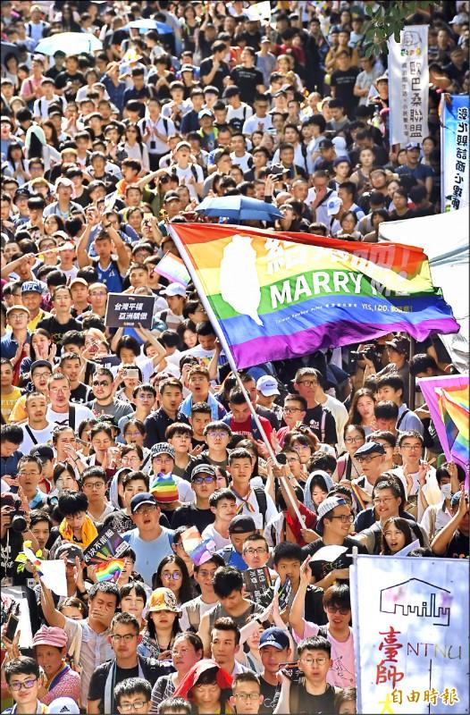 立法院三讀通過同性婚姻專法,台灣成為亞洲第一個同性婚姻合法化國家,大批挺同民眾在院外揮舞彩虹旗,場外挺同民眾互相鼓勵,現場瀰漫溫馨氛圍。(記者劉信德攝)