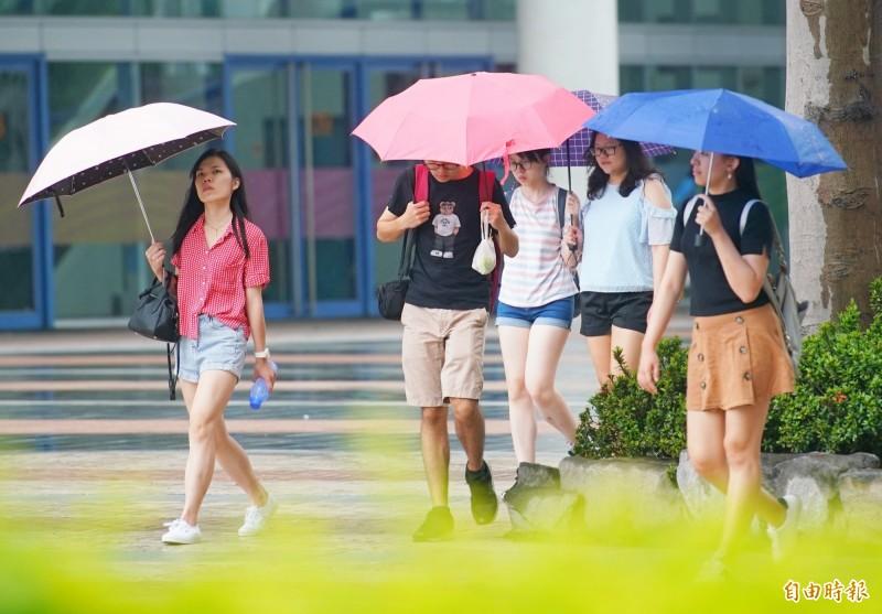 中央氣象局指出,今天(18日)受西南風影響,西半部和東北部有雨。(資料照)