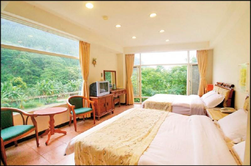甜蜜4人房/平日3,600元、假日4,200元。以大片落地窗增加採光,放眼望去都是山景、田景,也讓住戶能享受被一片綠意包圍的感覺。(圖片提供/百合山莊)