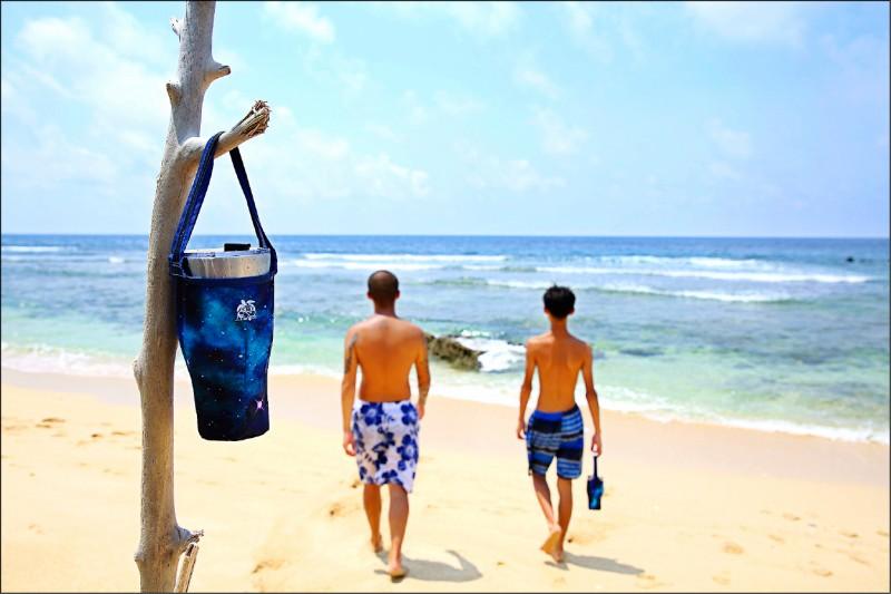 租用琉行杯時,還附有以回收寶特瓶再製的提袋,方便遊客帶著在小琉球各處遊玩。(記者李惠洲/攝影)