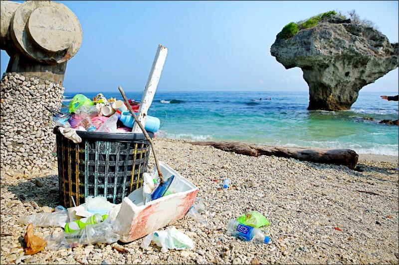小琉球的風景優美,但一次性的垃圾卻成了島上美景的殺手。(記者李惠洲/攝影)